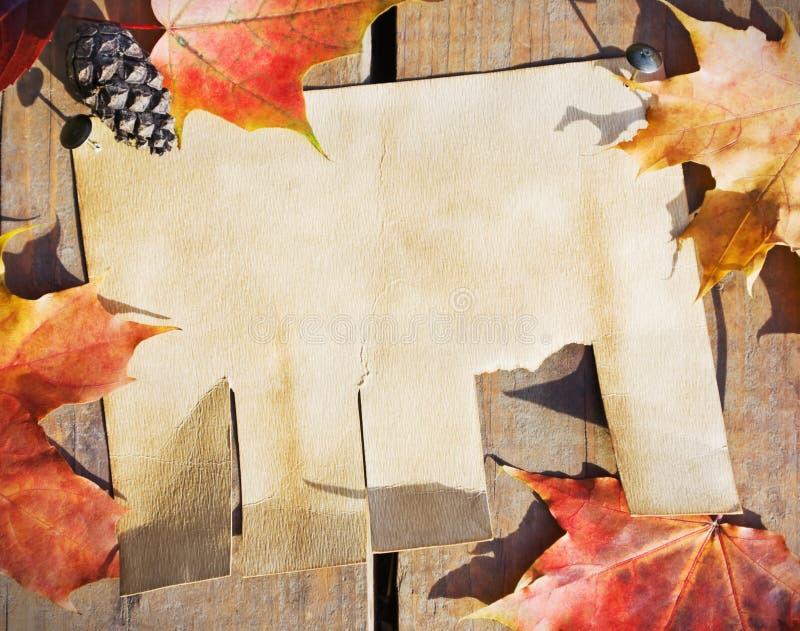 Anuncio de papel que cuelga en la cerca foto de archivo