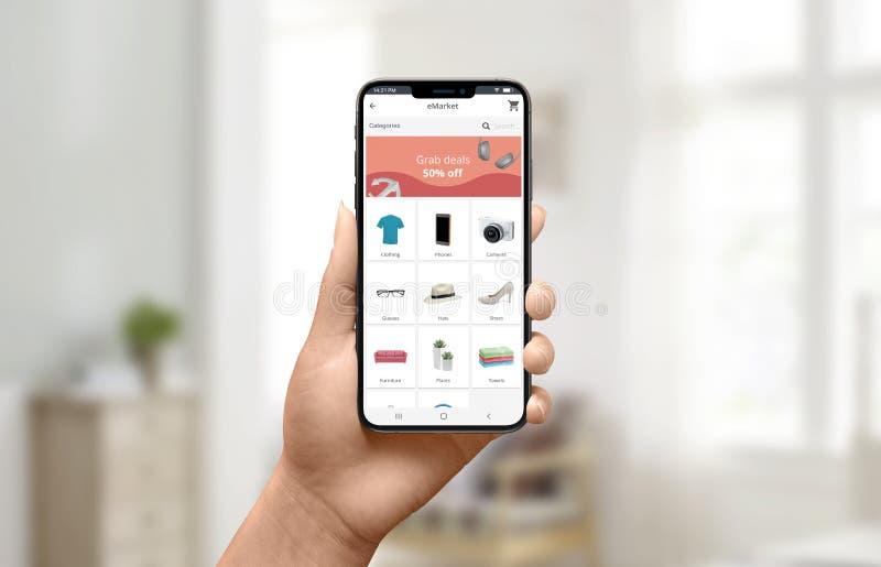 Anuncio del descuento en concepto del app de la tienda Smartphone y compras de la tenencia de la mujer en línea imagenes de archivo