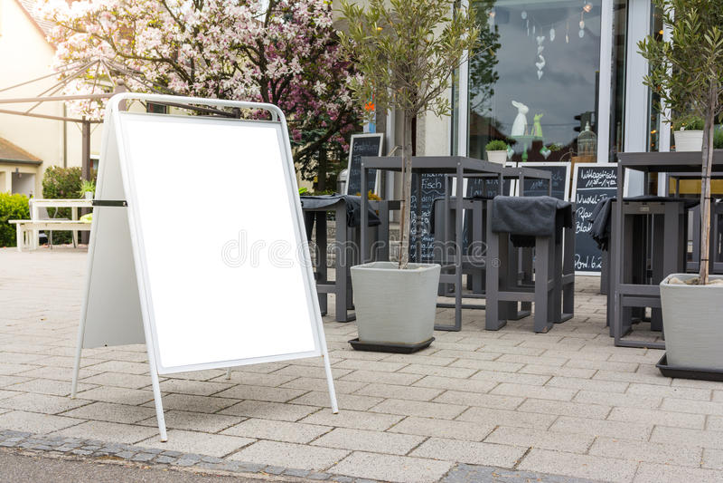 Anuncio diario al aire libre Isolat blanco público del menú en blanco del café foto de archivo libre de regalías