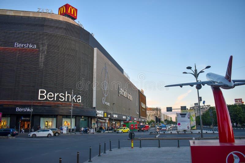 Anuncio publicitario de Turkish Airlines en el cuadrado de Unirii, cerca del centro de Unirii Shoping - Bucarest, Rumania 20 05 2 imágenes de archivo libres de regalías