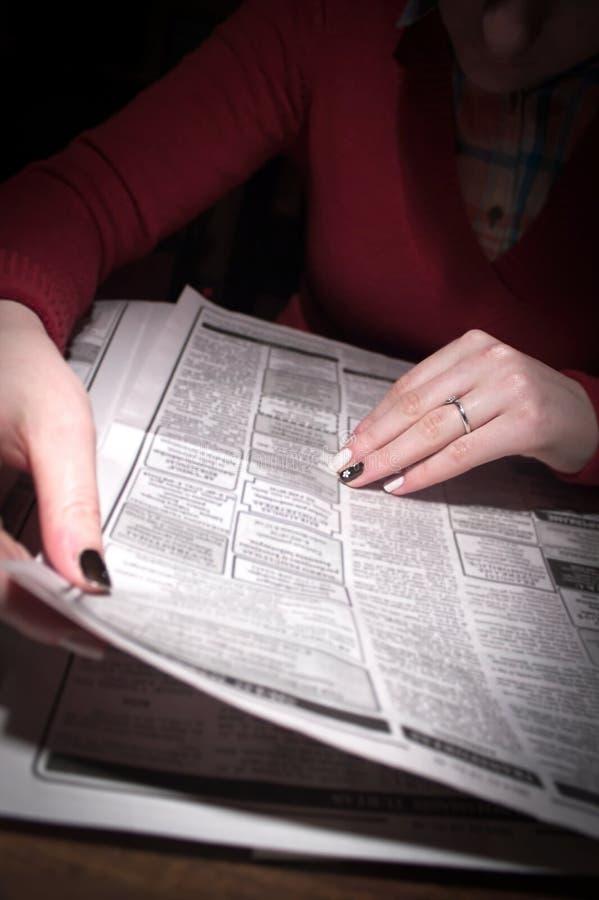 Anuncios clasificados del periódico imagen de archivo