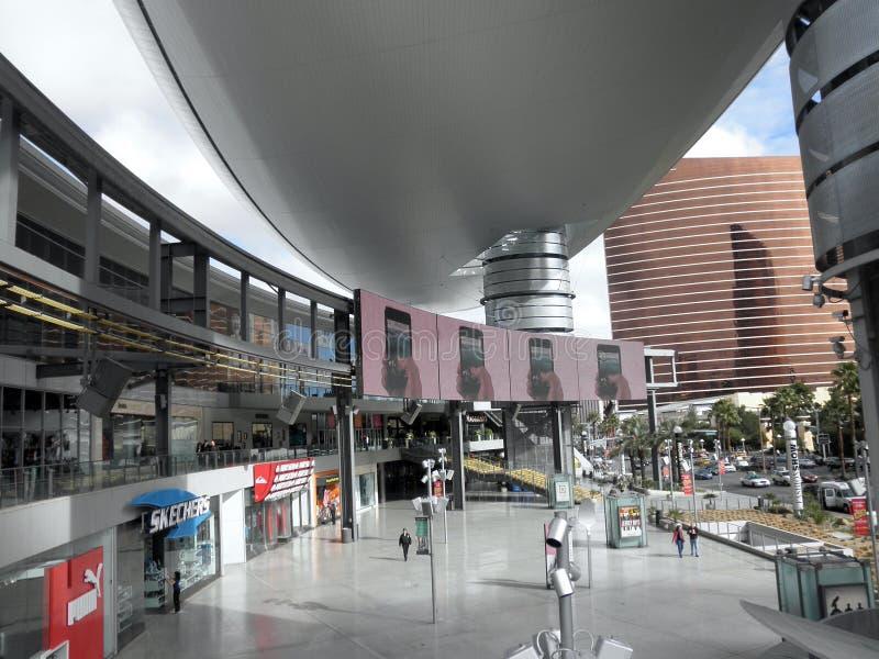 Anuncios funcionados con en las pantallas del área de la plaza del desfile de moda imágenes de archivo libres de regalías