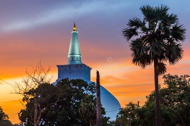 Anuradhapura, Mahatupa o Ruwanweliseya Dagoba grande en la puesta del sol, U fotografía de archivo libre de regalías