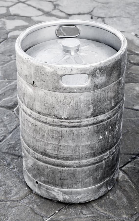 Använd aluminum kagge, liten trumma med öl royaltyfria bilder