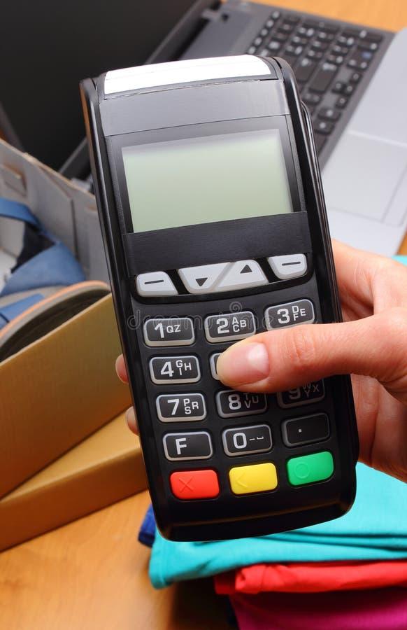 Använd betalningterminalen för att betala för köp i lager royaltyfria bilder