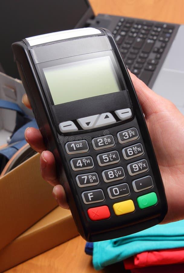 Använd betalningterminalen för att betala för köp i lager arkivfoto