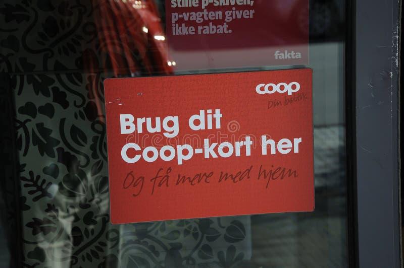 ANVÄND COOPKORTET PÅ FAKTA-LIVSMEDELSBUTIKEN fotografering för bildbyråer