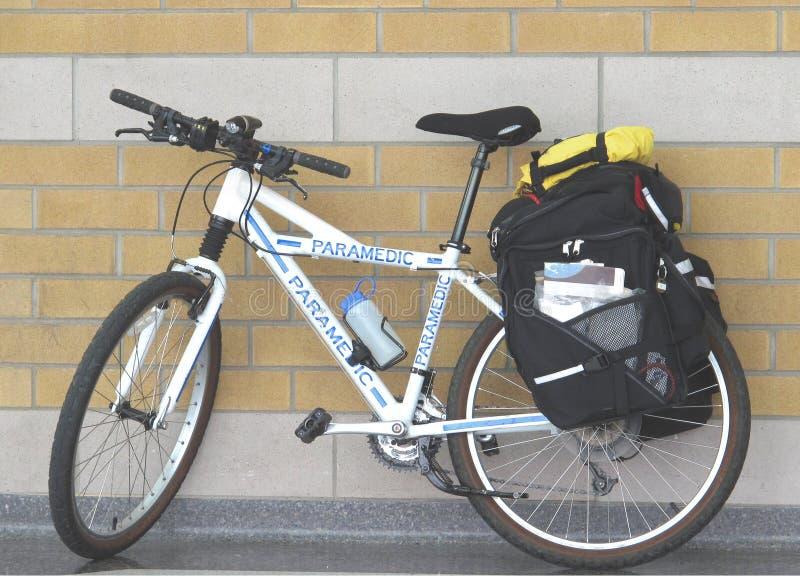 använd cykelperson med paramedicinsk utbildning royaltyfri foto