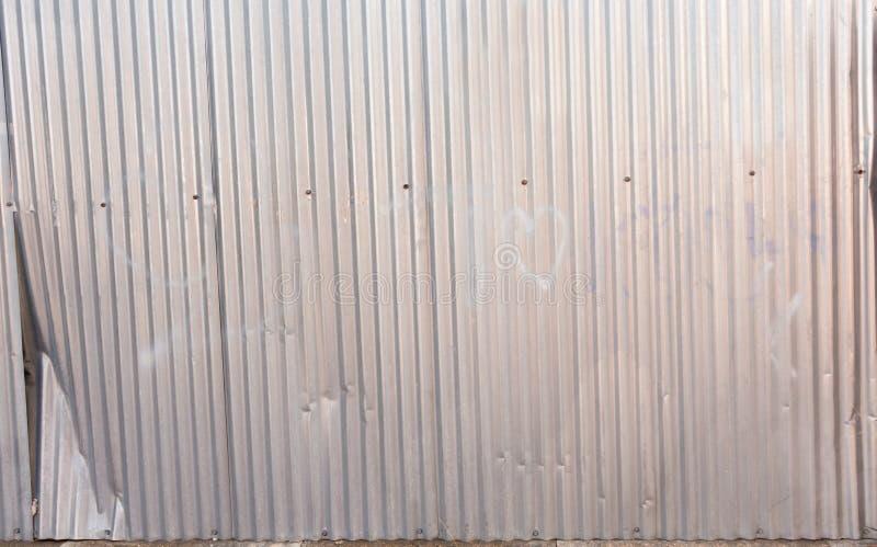 Använd gammal korrugerad aluminiumyttersida, bakgrund/textur fotografering för bildbyråer