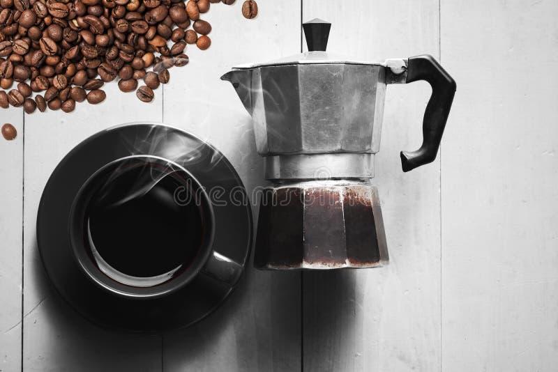 Använd italiensk mokakruka och kopp kaffe arkivbild