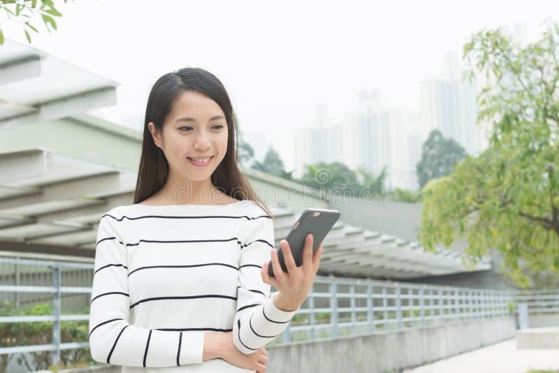Använd mobiltelefonkvinnan arkivbild