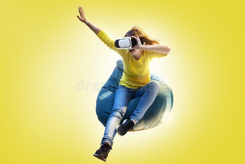 Använd virtuell verklighetteknologi VR för ung kvinna royaltyfri fotografi