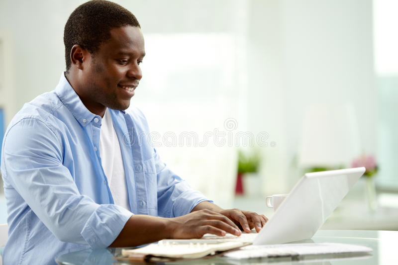 Använda bärbar dator arkivbild