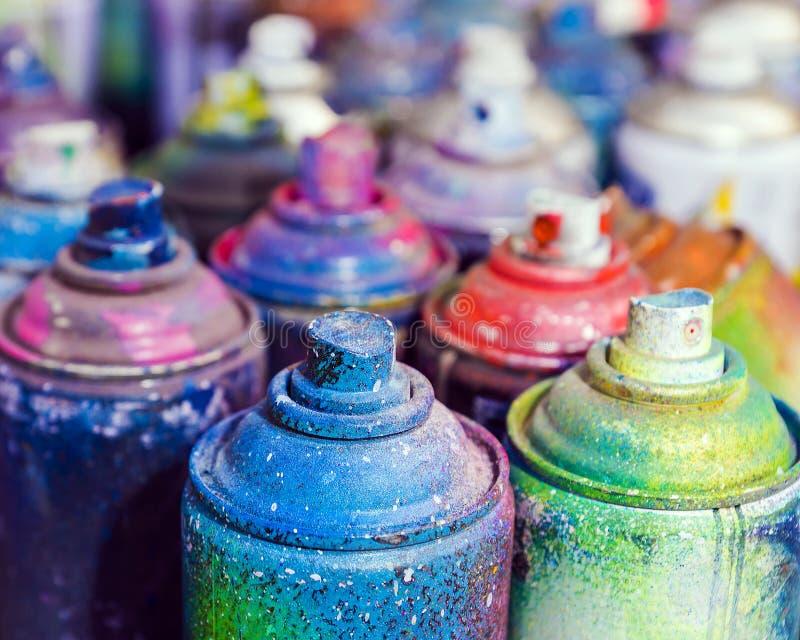 Använda cans av sprutmålningsfärg royaltyfri foto