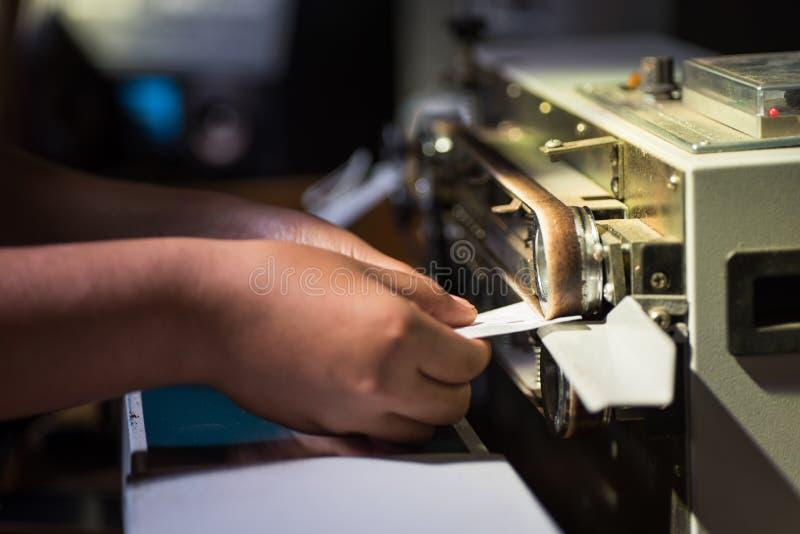 Använda den fortlöpande förseglingsmaskinen för packande kaffepåse royaltyfri foto