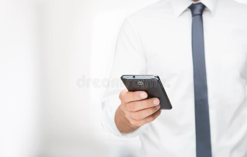 Använda den smarta telefonen arkivfoto