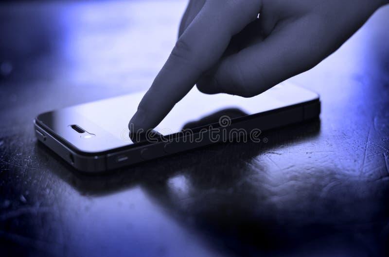 Använda den smarta telefonen för att meddela text arkivfoto