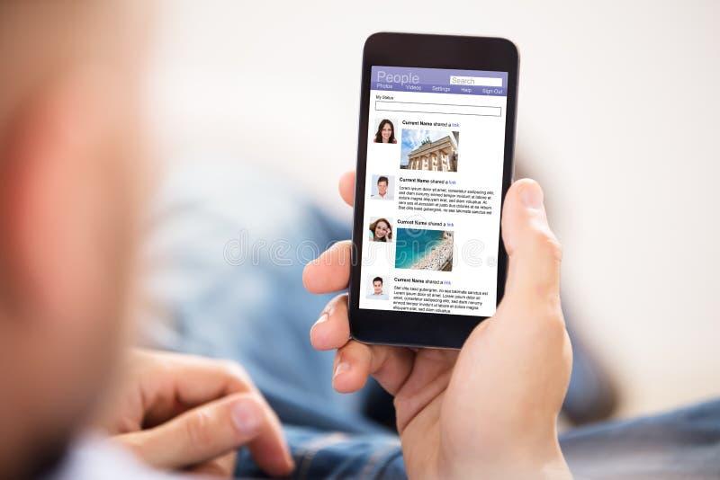 Använda den sociala nätverkandeplatsen royaltyfria bilder
