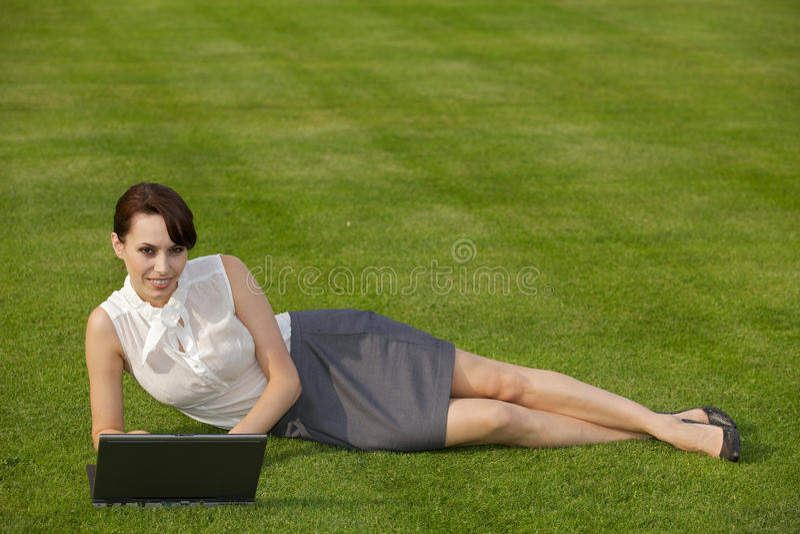 använda för affärskvinnabärbar datorstående arkivbild