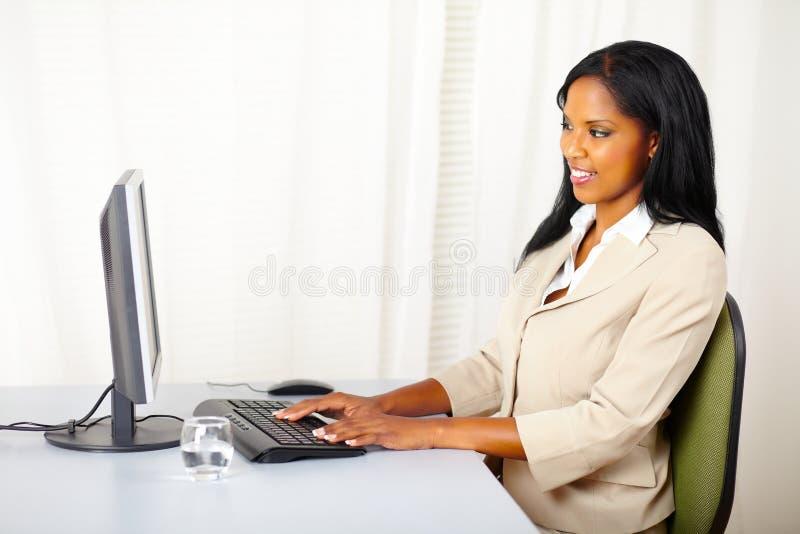 använda för affärskvinnadator royaltyfria foton