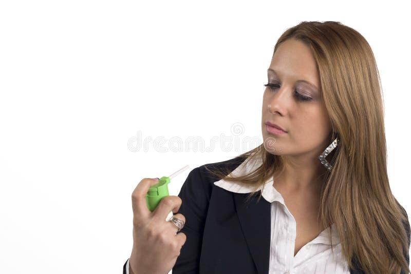 använda för astmaaffärskvinnainhaler arkivbild