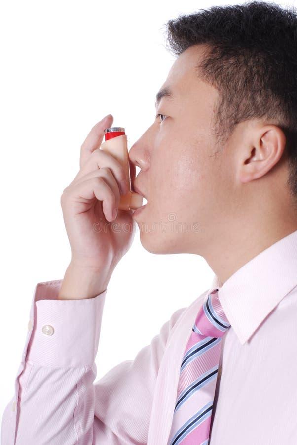 använda för astmainhalerlidande person arkivfoto