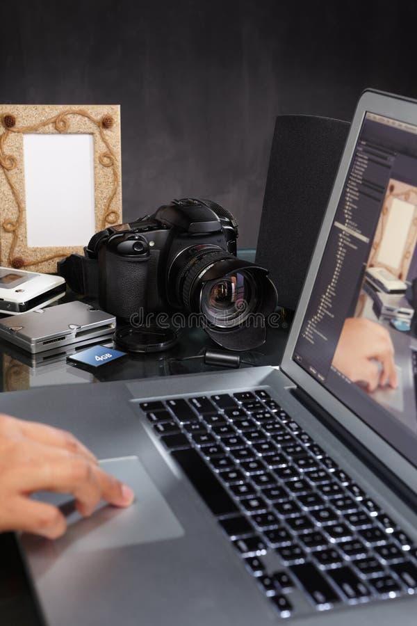 använda för bärbar datorfotograf arkivfoto