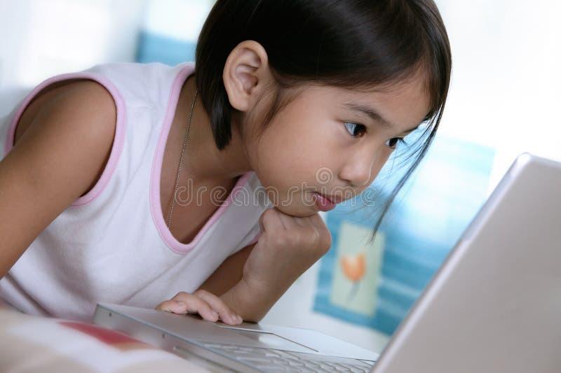 använda för flickabärbar dator arkivbild
