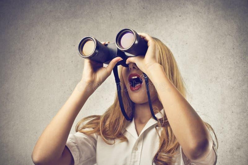 Använda för kvinna kikare arkivbild