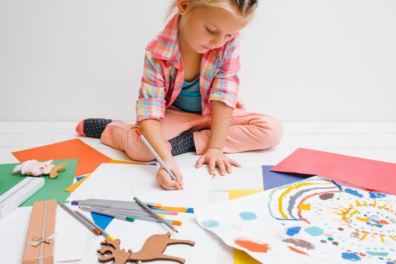 använda för litet barn för bärbar dator för utbildning för barndomdator tidigt konstnärligt barn royaltyfri fotografi