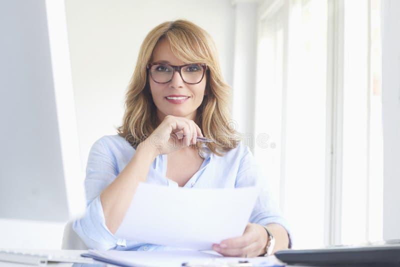 använda för lycklig bärbar dator för affärskvinna moget arkivbilder