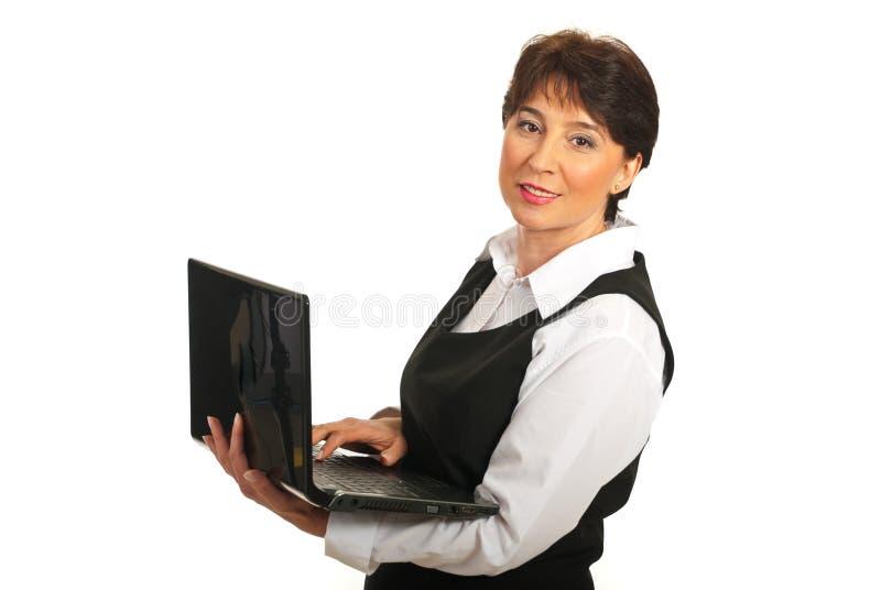 använda för lycklig bärbar dator för affärskvinna moget arkivbild