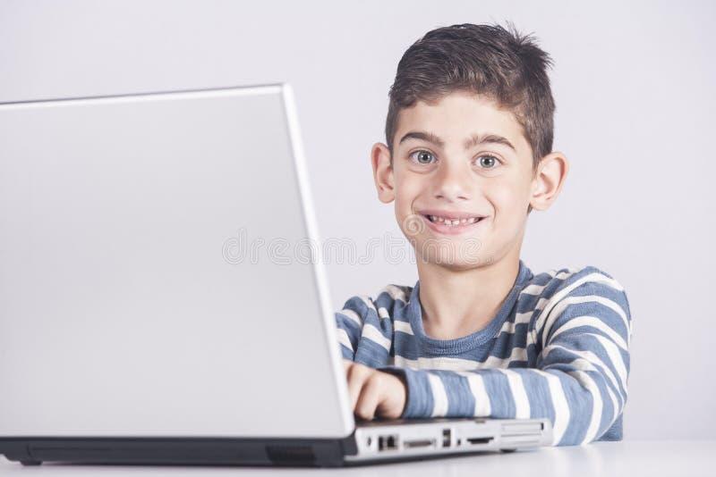 använda för pojkedatorbärbar dator fotografering för bildbyråer