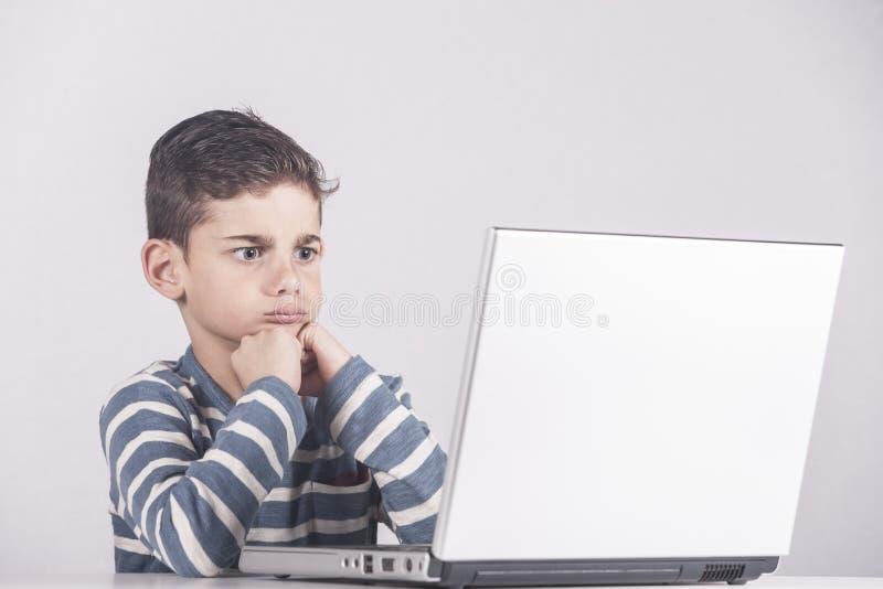 använda för pojkedatorbärbar dator arkivfoto