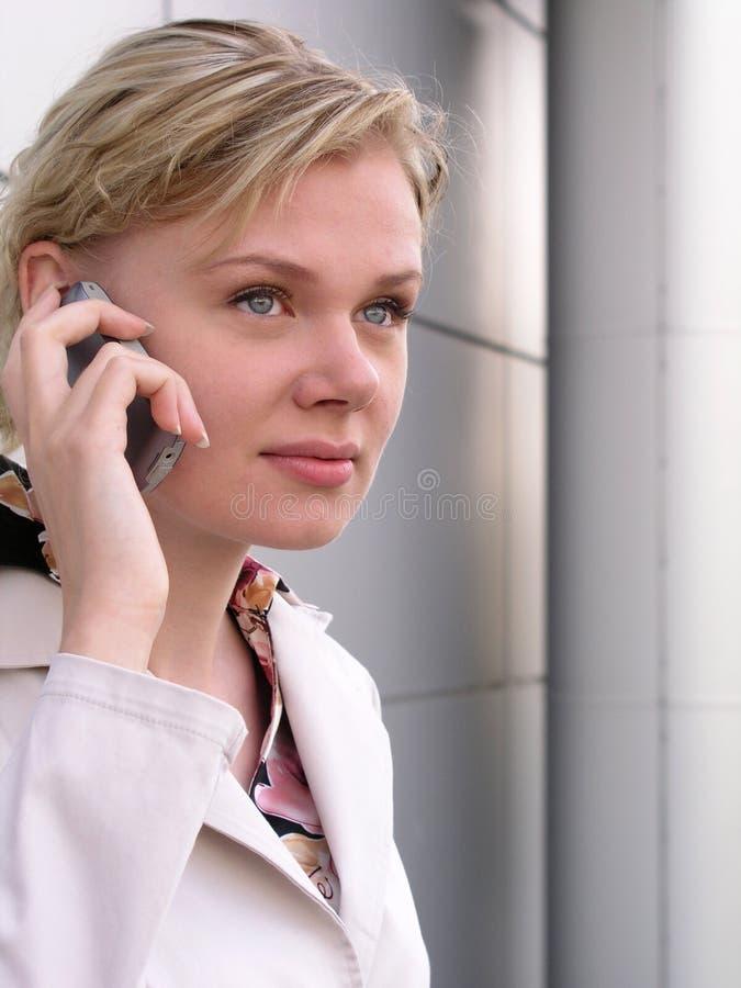 Download Använda För Telefon För Affärskvinna Mobilt Fotografering för Bildbyråer - Bild av plats, person: 238971