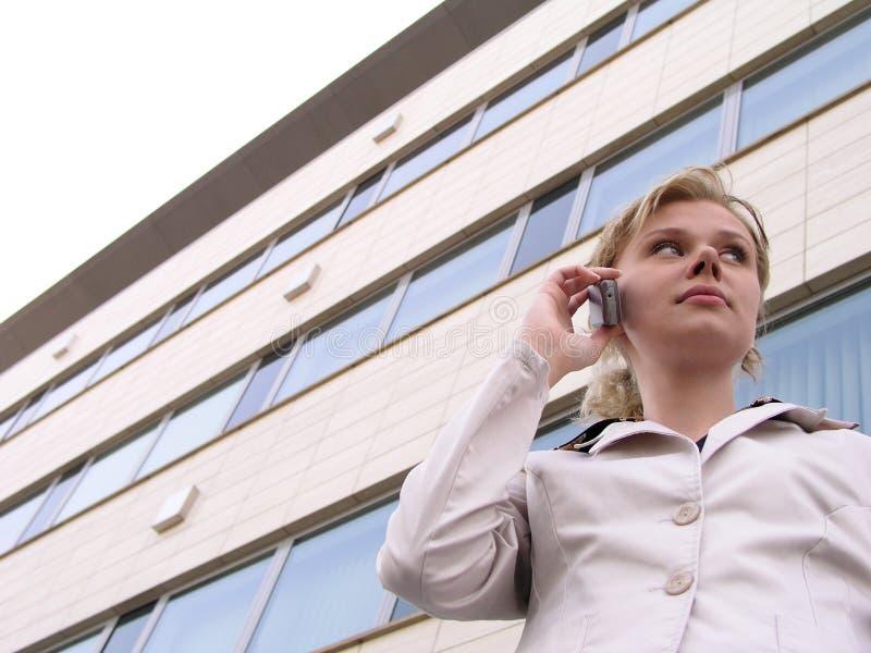 Download Använda För Telefon För Affärskvinna Mobilt Fotografering för Bildbyråer - Bild av kvinnlig, anslutning: 239233