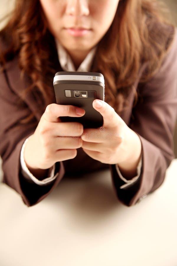 använda för telefon för affärskvinna mobilt royaltyfria bilder