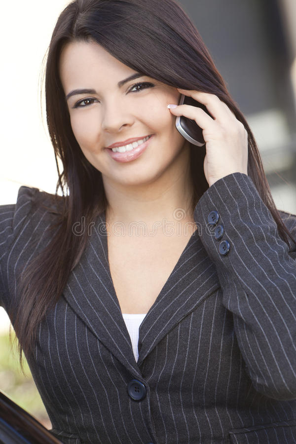 använda för telefon för härlig affärskvinnacell latinamerikanskt royaltyfri fotografi
