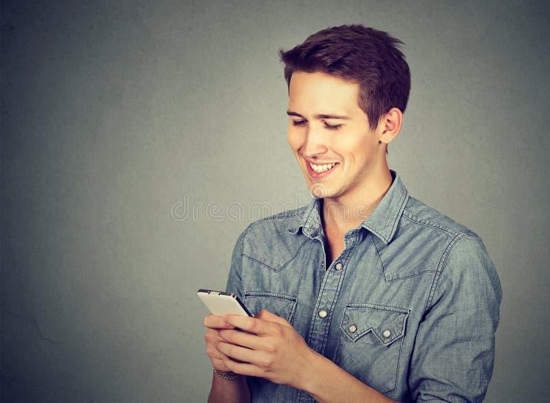 använda för telefon för lycklig man mobilt royaltyfri bild