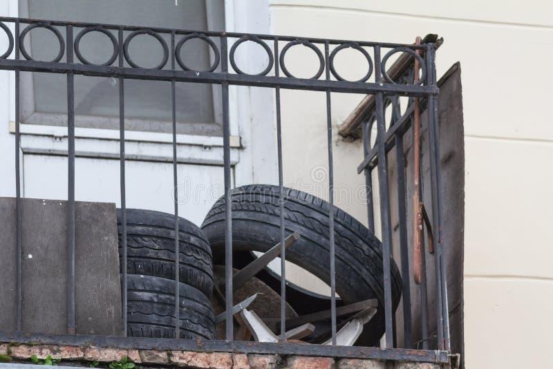 Använda gamla bilgummihjul på balkongen, slut upp arkivbilder