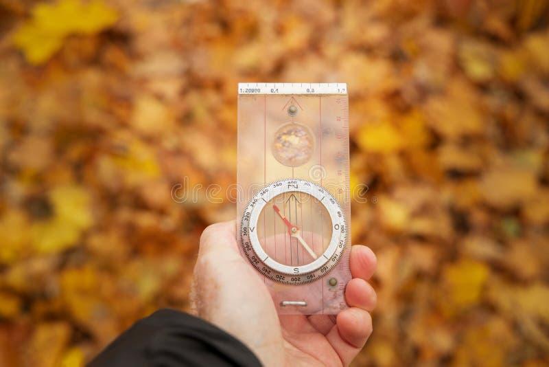 Använda kompasset för att finna vägen arkivfoton