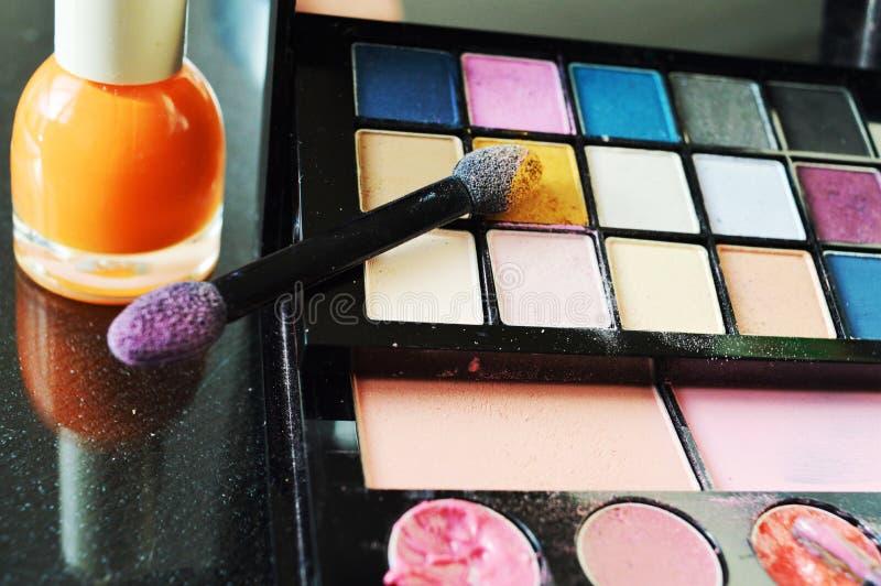 Använda makeup, närbild royaltyfria foton