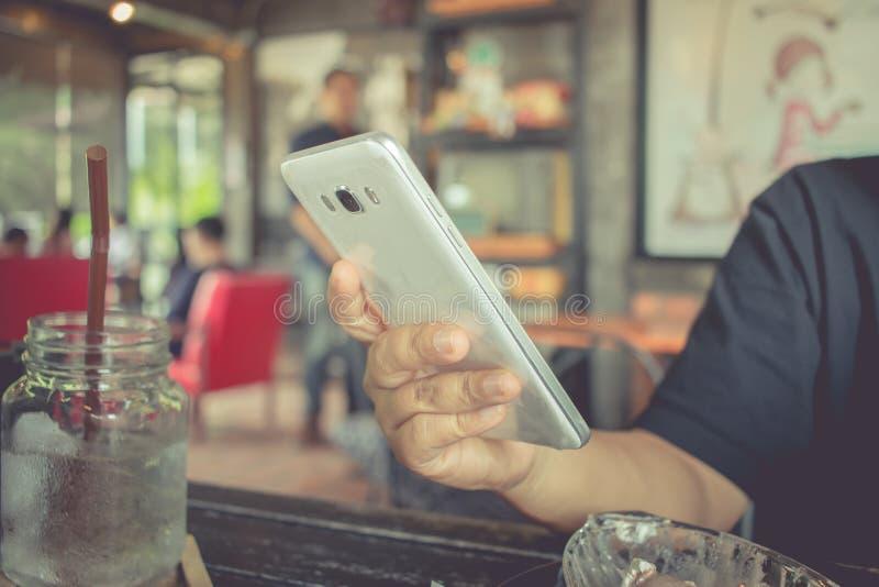 Använda online-bankrörelsebetalning vid internet för nätverksteknologi på w royaltyfri foto
