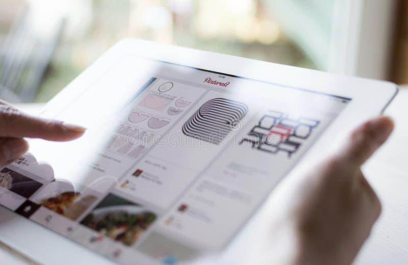 Download Använda Pinterest på iPad redaktionell arkivfoto. Bild av symbol - 37349828