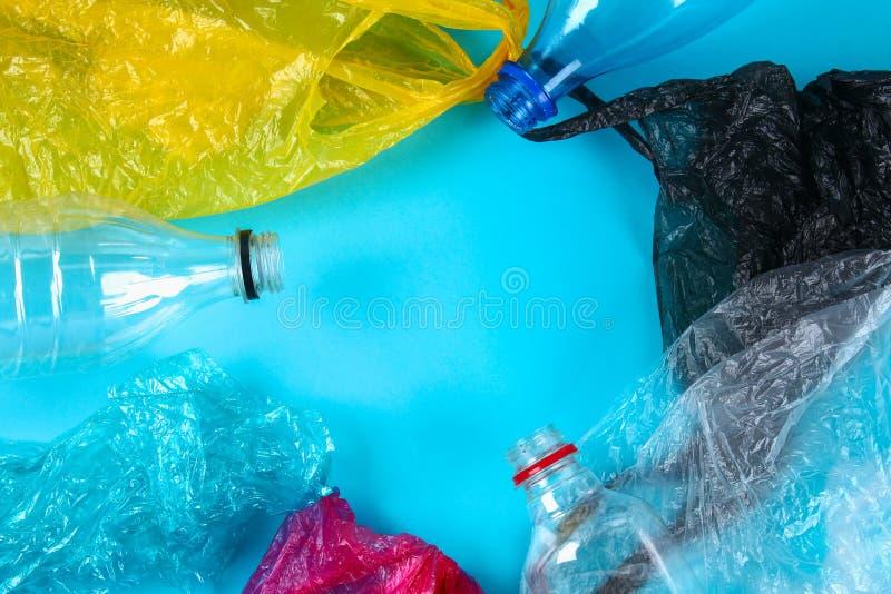 Använda plast- flaskor och påsar för återanvändning som är begreppsmässiga Nollavfalls f?rorening royaltyfria bilder
