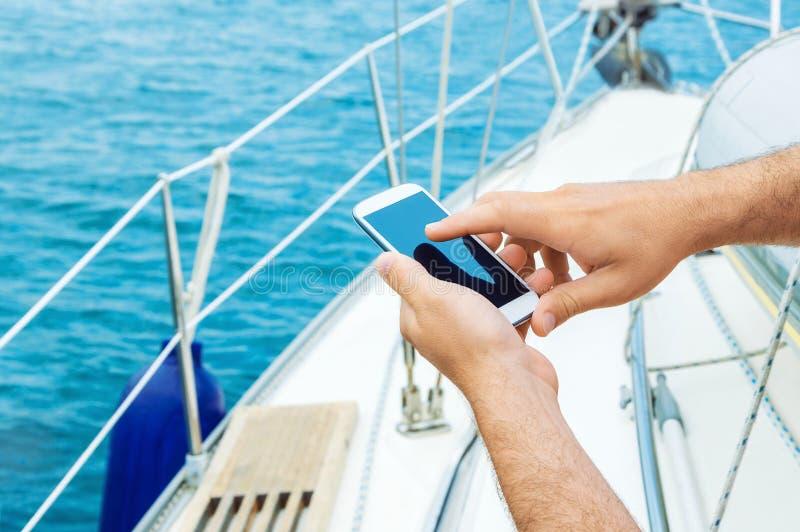 Använda smartphonen på semester royaltyfria bilder