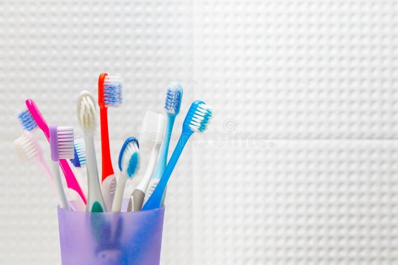 Använda tandborstar i olika format i en plast- behållare i whi royaltyfri bild