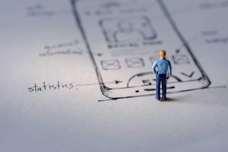 Användareerfarenhetsbegrepp gåva vid miniatyrdiagramet av UX UI De arkivfoton