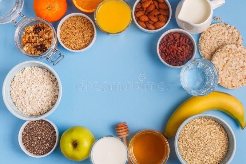 Användbar frukost på en blå pastellfärgad bakgrund royaltyfria bilder