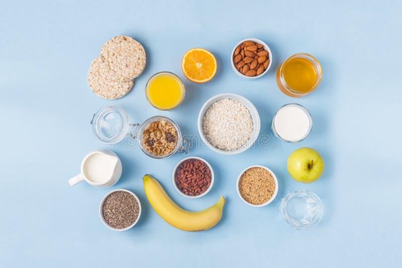 Användbar frukost på en blå pastellfärgad bakgrund arkivbilder